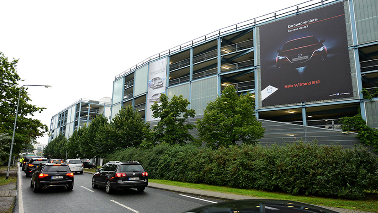 Posto: Advertising on the parking garage facade of Messe Frankfurt