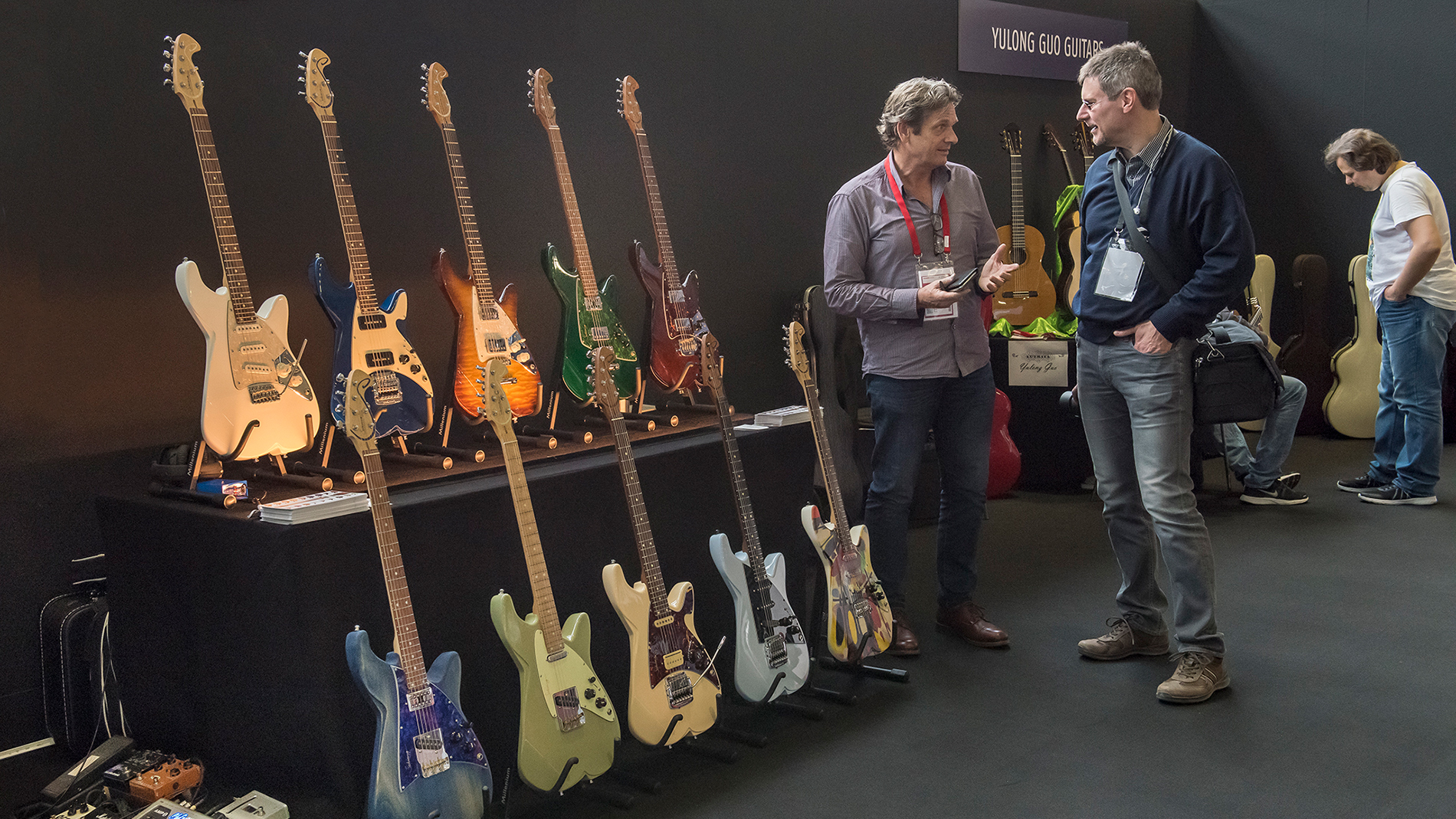 2 men at a conversation at the special exhibition Guitar Boutique Village of the Musikmesse