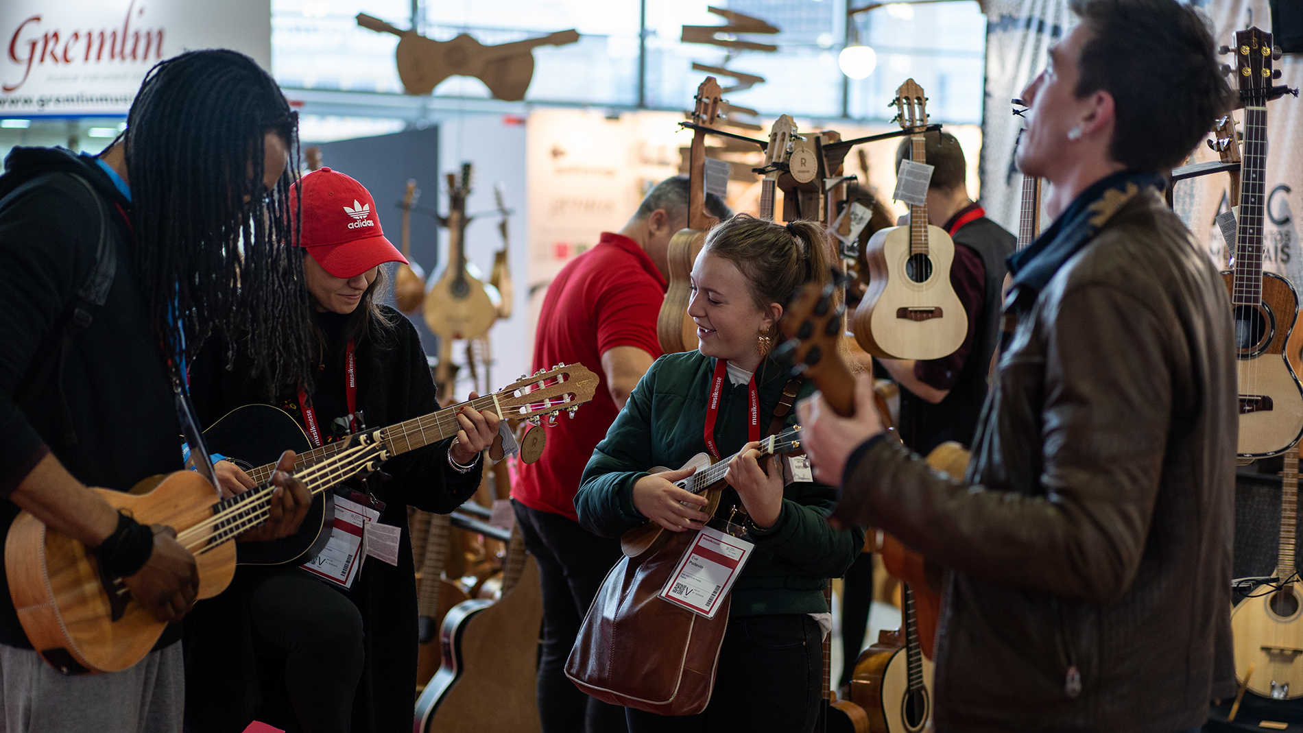 Visitors play guitar together at the Musikmesse